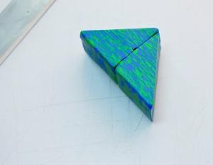 Les 2 triangles sont mis en place de sorte que les bandes vont dans la même direction.
