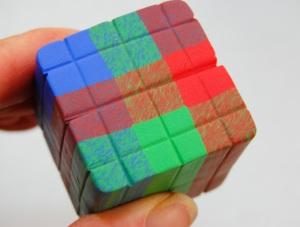 C'est à quoi il ressemble après les lignes ont été marqués sur tous les côtés, y compris le fond, il ressemble un peu à un cube Rubic l', n'est-ce pas?