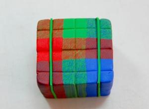 Je insérer des feuilles minces de l'argile verte, en s'assurant que mes carrés correspondent quand je mettre les morceaux ensemble.